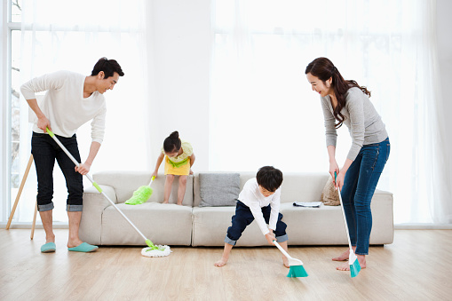 family_cleaning_together